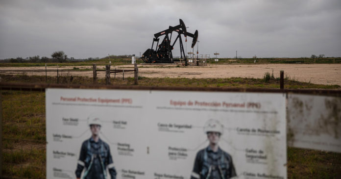 In a Texas Oil Town, Pain but No Panic as Prices Crash