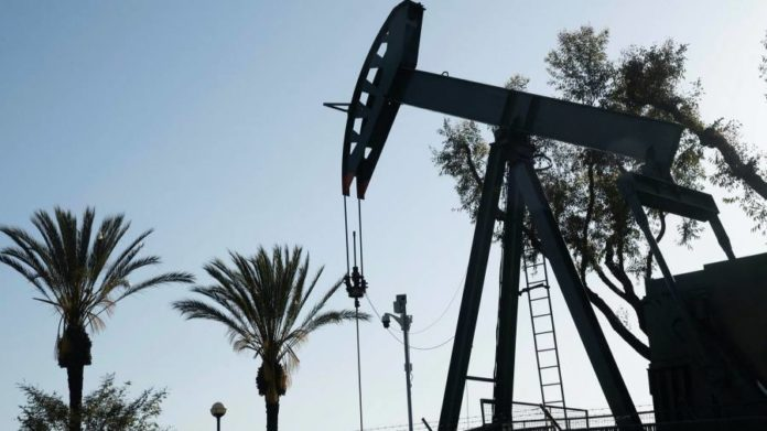 Oil price rebound gathers pace as Trump stokes Iran tensions